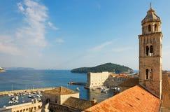 Dubrovnik, der dominikanische Kloster-Glockenturm und Hafen Stockfotografie