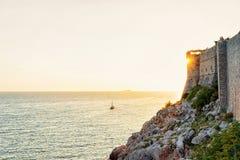Dubrovnik-Festung und -schiff in adriatischem Meer Stockbild