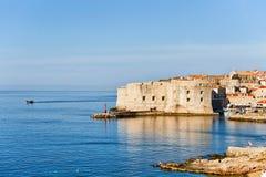Dubrovnik-Festung und -schiff im adriatischen Meer Lizenzfreie Stockfotos