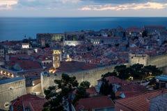 Dubrovnik flyg- slut upp nattsikt efter solnedgång med dramatisk cloudscape, Kroatien royaltyfri fotografi