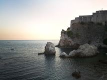 Dubrovnik gamla byggnader i havet Arkivbilder