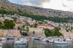 Dubrovnik gammal port i morgonen fotografering för bildbyråer