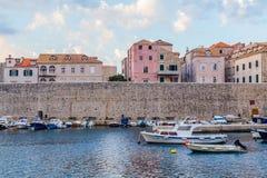 Dubrovnik gammal port i morgonen arkivfoton