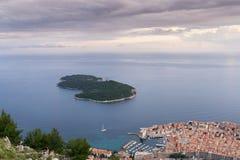Dubrovnik gammal stad och ön av Lokrum Arkivfoton