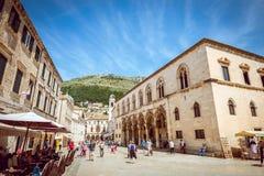 Dubrovnik gatakaféer på den huvudsakliga fyrkanten Arkivbilder