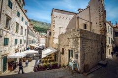 Dubrovnik gatakaféer på den huvudsakliga fyrkanten Fotografering för Bildbyråer