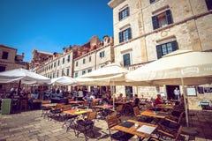 Dubrovnik gatakaféer på den huvudsakliga fyrkanten Arkivfoton