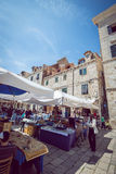 Dubrovnik gatakaféer på den huvudsakliga fyrkanten Arkivfoto