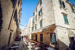Dubrovnik gatakaféer på den huvudsakliga fyrkanten Royaltyfria Bilder