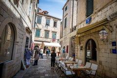 Dubrovnik gatakaféer på den huvudsakliga fyrkanten Arkivbild