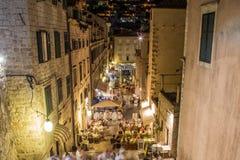 Dubrovnik gator på natten arkivfoto