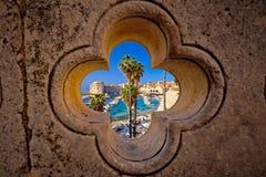 Dubrovnik-Hafenansicht von Ploce-Tor durch Stein schnitzte detai lizenzfreie stockbilder