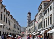 Dubrovnik huvudsaklig gata och det kyrkliga tornet arkivbild