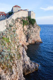 Dubrovnik-Klippen durch das adriatische Meer Stockbild