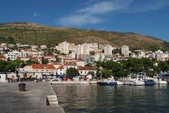 Dubrovnik, Kroatië, augustus 2013, nieuwe Dubrovnik-haven Stock Foto's