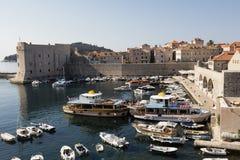 Dubrovnik, Kroatië, 20 Juli 2017: Boothaven met historische Dubvronik Royalty-vrije Stock Fotografie