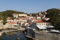 Dubrovnik, Kroatië, 20 Juli 2017: Mening van het schiereiland van het residental district Stock Afbeelding