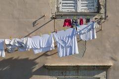 Dubrovnik, Kroatië, 20 Juli 2017: Wasserij op een waslijn wordt gehangen die Stock Foto