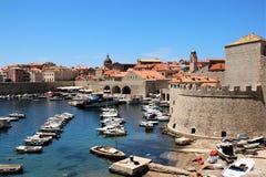 Dubrovnik, Kroatië, Juni 2015 Weergeven van de oude stad van de kant van de historische haven royalty-vrije stock afbeelding