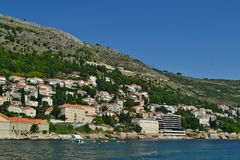 Dubrovnik/Kroatië - September 09 2018: Privé huizen op de heuvel stock afbeeldingen