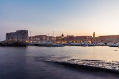 Dubrovnik Kroatië tijdens Zonsondergangmening over Oude Stadscityscape Bea Stock Foto's