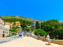 Dubrovnik, Kroatië - Juni 07, 2015: Mening over de straat en de oude stad Stock Fotografie