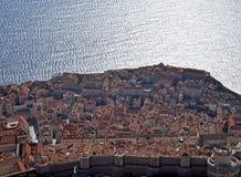 Dubrovnik, Kroatien, die alten Stadtmauern und das adriatische Meer Stockbilder