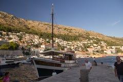 Dubrovnik, Kroatien - 08 23 2016: Ein Mann machte ein Boot im Hafen von Dubrovnik fest lizenzfreies stockbild