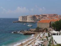 Dubrovnik, Kroatien im August 2013 alte Stadt gesehen von Banje-Strand Stockfotografie