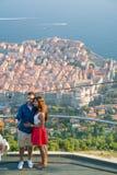 Dubrovnik Kroatien - Juli 21, 2016: koppla ihop danandeselfie på bakgrunden av den gamla staden Royaltyfri Fotografi