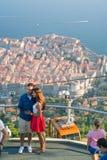 Dubrovnik Kroatien - Juli 21, 2016: koppla ihop danandeselfie på bakgrunden av den gamla staden Royaltyfri Bild