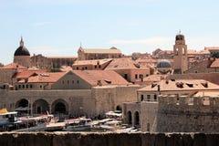Dubrovnik Kroatien, Juni 2015 Gammal fästning och turist- skepp i hamnen royaltyfri fotografi