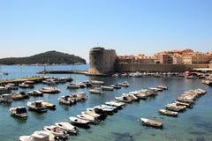 Dubrovnik Kroatien, Juni 2015 Härlig sikt av hamnen och befästningarna av den historiska staden royaltyfri foto