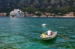 Dubrovnik Kroatien - Juni 02, 2017: Kryssningskepp i hamnen av Dubrovnik Arkivfoto