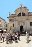 Dubrovnik Kroatien, Juni 2015 Medeltida katolsk domkyrka på fyrkanten av den gamla staden arkivfoto