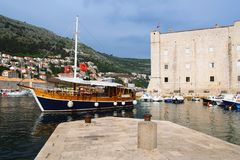 Dubrovnik Kroatien - Juni 02, 2017: Touristic fartyg i marina av Dubrovnik Arkivbilder
