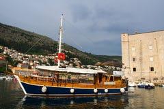 Dubrovnik Kroatien - Juni 02, 2017: Touristic fartyg i marina av Dubrovnik Arkivfoto