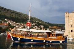 Dubrovnik Kroatien - Juni 02, 2017: Touristic fartyg i marina av Dubrovnik Royaltyfri Bild