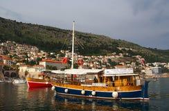 Dubrovnik Kroatien - Juni 02, 2017: Touristic fartyg i marina av Dubrovnik Royaltyfria Bilder