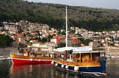 Dubrovnik Kroatien - Juni 02, 2017: Touristic fartyg i marina av Dubrovnik Royaltyfri Foto
