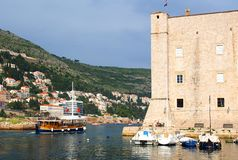 Dubrovnik Kroatien - Juni 02, 2017: Touristic fartyg i marina av Dubrovnik Royaltyfri Fotografi