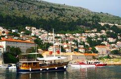 Dubrovnik Kroatien - Juni 02, 2017: Touristic fartyg i marina av Dubrovnik Royaltyfria Foton