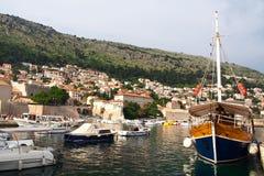 Dubrovnik Kroatien - Juni 02, 2017: Turist- fartyg i marina av Dubrovnik Royaltyfria Foton