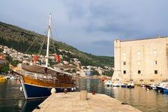 Dubrovnik Kroatien - Juni 02, 2017: Turist- fartyg i marina av Dubrovnik Royaltyfri Foto