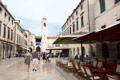 Dubrovnik Kroatien - Juni 02, 2017: Turister som går på gatan i den gamla staden av Dubrovnik, Kroatien - UNESCOvärldsarv Arkivbild