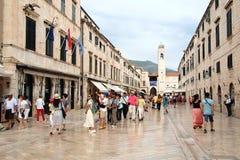 Dubrovnik Kroatien - Juni 02, 2017: Turister som går på gatan i den gamla staden av Dubrovnik, Kroatien - UNESCOvärldsarv s Fotografering för Bildbyråer