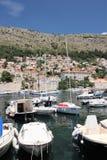 Dubrovnik Kroatien, Juni 2015 Yachter som anslutas i fjärden av den gamla staden royaltyfria foton