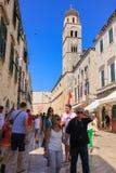 Dubrovnik-Kroatien-Touristen-Stradunstraße Lizenzfreie Stockfotos