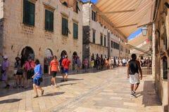Dubrovnik-Kroatien-Touristen-Stradunstraße Lizenzfreies Stockfoto