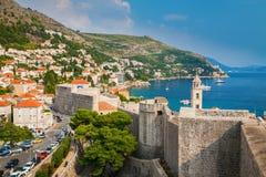 Dubrovnik kustlinje från stadsväggarna Arkivfoto